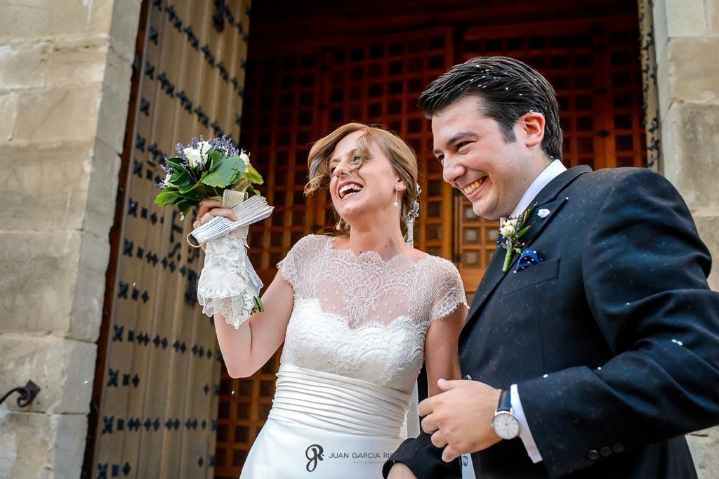 Reportaje de fotos de boda en Martos Jaen lanzan arroz a novios