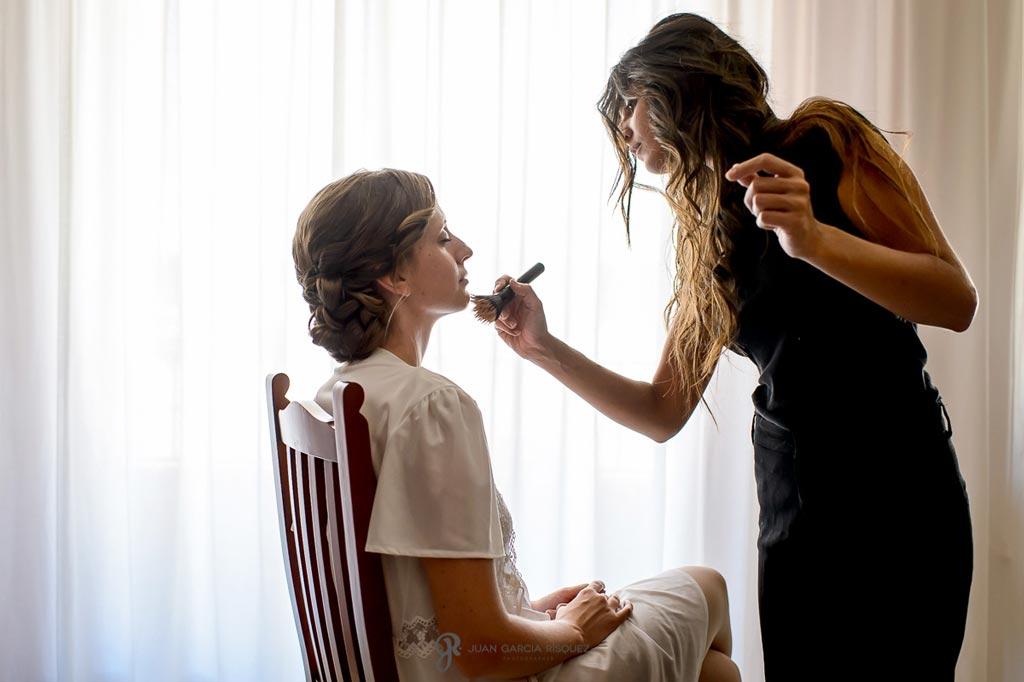 Reportaje de fotos de boda en Martos Jaen maquillan a la novia