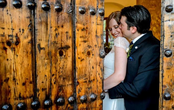 Reportaje de fotos de boda en Martos Jaen abrazo entre novios