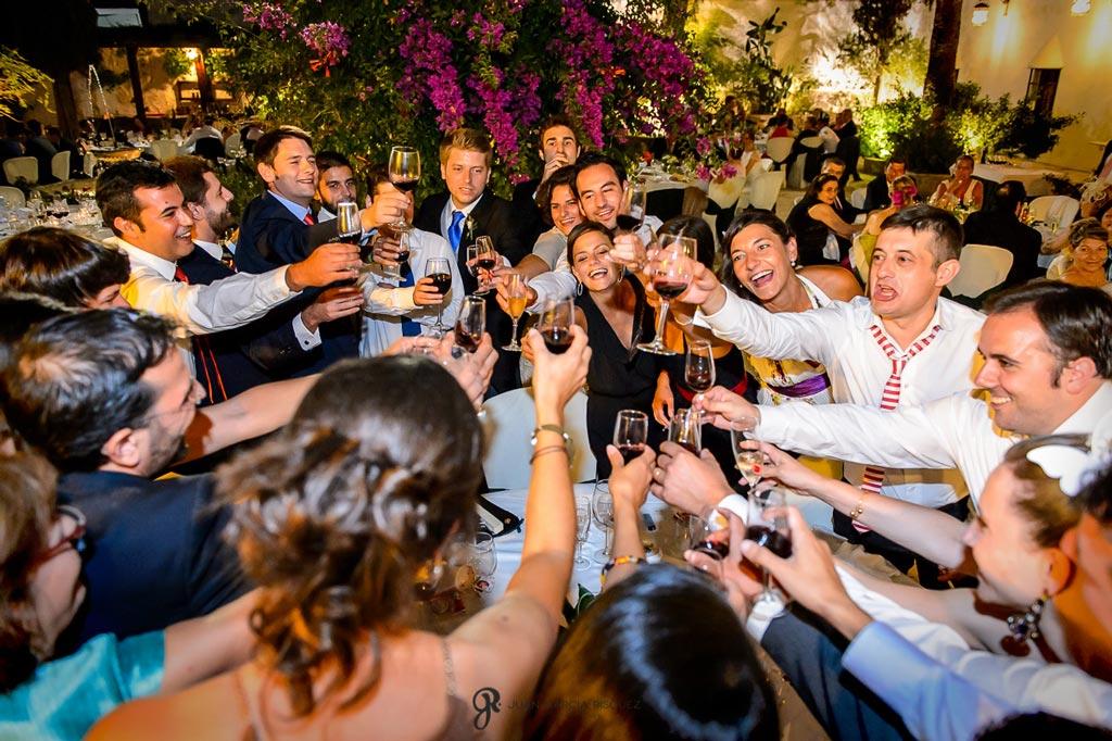 Reportaje de fotos de boda en Martos Jaen brindando por los novios