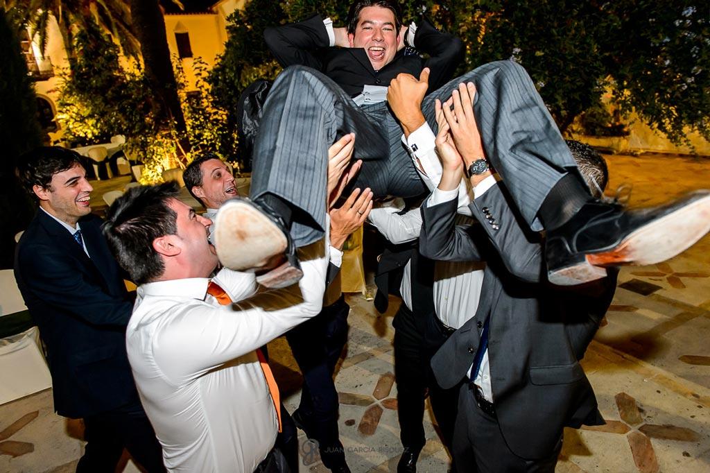 Reportaje de fotos de boda en Martos Jaen amigos novio