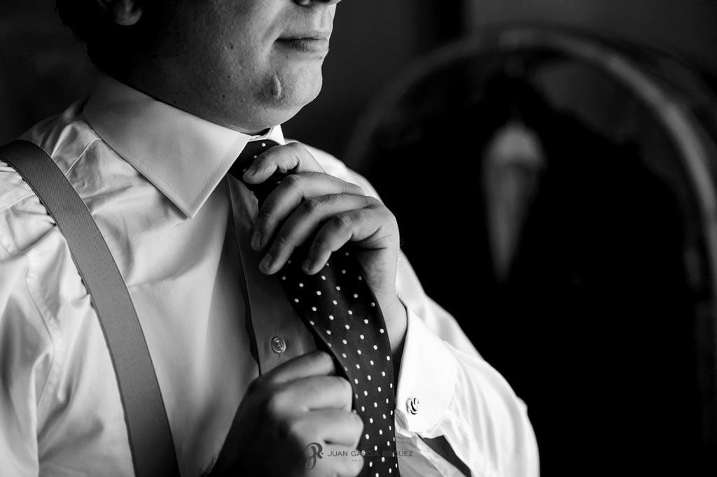 Reportaje de fotos de boda en Martos Jaen corbata del novio