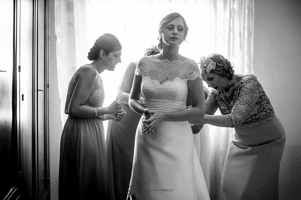 Reportaje de fotos de boda en Martos Jaen visten a la novia